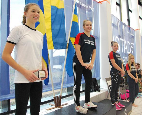 Ystad - på pallen Olivia Hansson, Emilia Nordén, Tyra Littorin, Alicia Johansson - obs  Olivia Hansson från Sveriges nyaste simklubb Kiviks Simklubb.