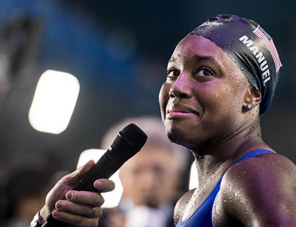 En berörd Simone Manuel efter finalen på 100m fritt