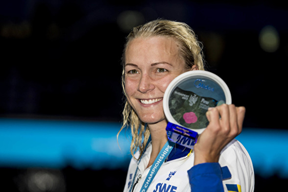 Sarah Sjöström fick ta emot ett pris (och en check) för sitt världsrekord på 100m fritt häromkvällen.
