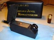 Refraktometer är ett mycket användbart gemmologiskt instrument som mäter materials brytningsindex, samma metod som när man när man kontrollerar kylarvätskan i bilen.