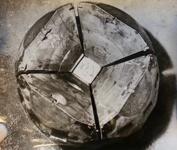 Bilden visar klotet efter att ett experiment utförts och i mitten syns den cell där kristallisationen skedde.