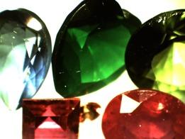 """Syntetiska och behandlade """"ädelstenar"""". För att en sten ska få kallas Ädel måste den vara vacker, hållbar, sällsynt och NATURLIG."""