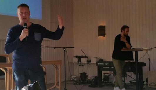 Stefan Karlsson från Eltel informerar Byarnas samverkansgrupp om bredbandsutbyggnaden i kommunen