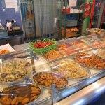 Populär lunch servering på trottoaren i San Vito