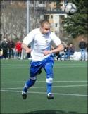 Fredrik Lundqvist, normalt spelande ledare för IFK 3 i femman, hoppade in i div. IV-laget och gjorde ett mål och ett målpass. Arkivfoto: Janne Pehrsson, Lokalfot-bollen.nu.