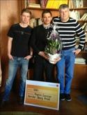 Magnus Svensson fick mottaga pris-check och blommor av Sten-Olof Öbergs son Mikael (t h) och barnbarnet Oscar (t v).