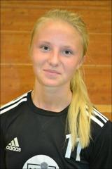 Molly Bergquist är inte bara duktig i handboll. Hon kan göra mål i fotboll också.