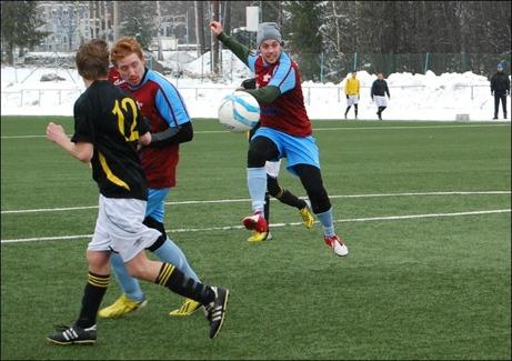 """I matchen mellan Ljunga och Fränsta försökte vinrödas Patrik Larsson ta kål på Lokalfotbollen med ett stenhårt men föga välriktat skott. Tur att man har lite reaktionsförmåga kvar... Foto: Janne """"Mittbenan"""" Pehrsson, Lokalfotbollen.nu."""