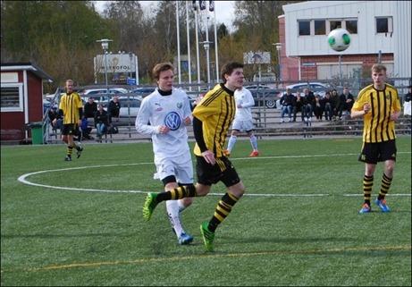 Kubens högerback Niklas Haglund svarade inte bara för ett bra jobb bakåt han satte även två baljor framåt i hemmamatchen mot Hille i den 3:e omgången, bl a en lyra i borte krysset från 40 meter. Foto: Janne Pehrsson, Lokalfotbollen.se.