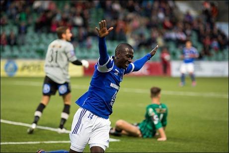 ...och vänder sedan jublande ut mot planen igen. Foton: Anders Thorsell (klicka på bilderna för fler bilder från matchen).