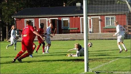 Lamin Saidy tofflar in 3-0 till Granlo förbi Alnö 2:s keeper Kevin Källström. GBK:s mittback Dennis Hägg är även han på hugget- Till slut vann Granlo den målrika matchen med 7-2. Foto: Janne Pehrsson, Lokalfotbollen.nu.