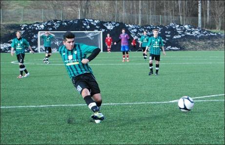Claudio Moraga var matchens gigant när Sidsjö-Böle premiärvann med 7-0 mot Selånger 2. På bilden bredsidar han behärskat in 2-0-målet. Foto: Janne Pehrsson, Lokalfotbollen.nu