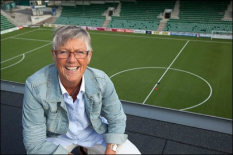 Ordföranden i Medelpads Fotbollsförbund, Lena Wallgren, är orolig för damfotbollens framtid i distriktet. Samtidigt är hon kritisk till hur den rådande situationen har hanterats av klubbarna. Hon vill se ett djupare samarbete mellan föreningarna, för att skapa optimala förutsättningar.