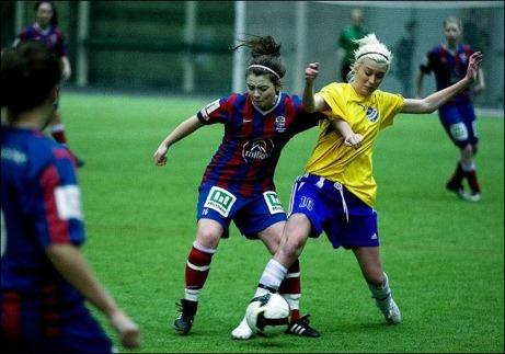 Det blir ingen Inomhusliga i år så bilder likt denna med Selångers Anna Zander och Timrås Amanda Sevefjord i kamp om bollen får vi inte se.