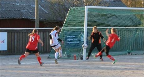 Rödklädda Söråkers FF är ett av alla lag som försvunnit när det gäller damklubbar i Medelpad. Inte mindre än 14 föreningar har lagt ner sin verksamhet bara senaste tioårsperioden. Foto: Fredrik Lundgren.