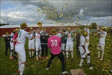 Ånge IF:s spelare firar att man för första gången vunnit div. III och nästa år kommer att spela i div. II Norrland. Foto: Kenneth Fahlberg, ST-sport.