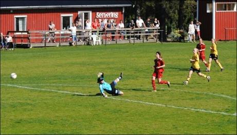 Michaela Andersson sprang igenom och gjorde matchens enda mål när Alnö 2 vann över Stensätra med 1-0. Foto: Fredrik Lundgren