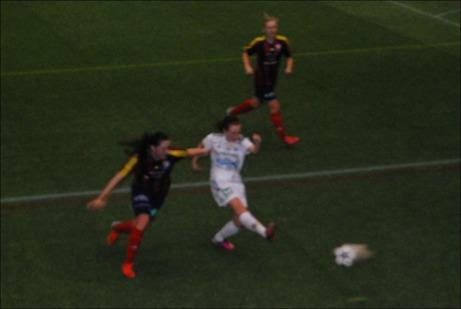 Isabelle Norberg krutar in viktiga 4-2-målet för SDFF i gruppfinalen mot Selånger. Foto: Janne Pehrsson, Lokalfotbollen.nu.