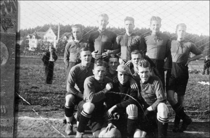 Birsta IK gjorde en säsong i div. IV Medelpad. Här är grabbarna som lirade säsongen 1936/37. Tyvärr blev det respass och klubben kom sedan aldrig tillbaka i så fina sammanhang. Bilden är tagen på Birstavallen som var lagets hemvist.