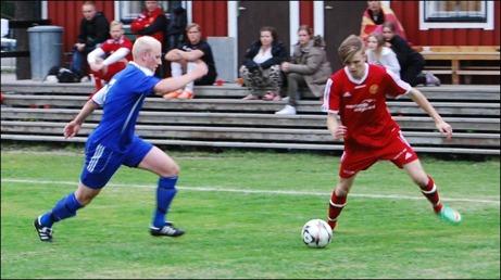 Duell på kanten mellan Alnös Adam Johansson  och Stödes Linus Backlund.