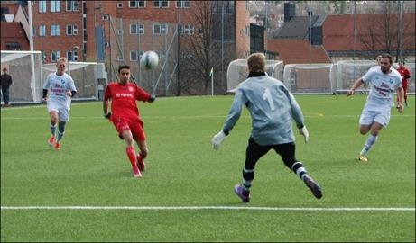 ...och helt fri lobbar Ferdi bollen över målvakten, men utanför målet.