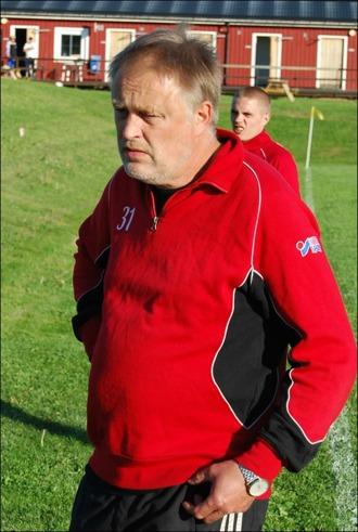 Granlos ena tränare Bosse Hägg är sammanbiten före avspark. Oscar de Wahl kisar fram i bakgrunden.