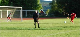 På den här suddiga bilden bredsidar Alen Zulovic in 3-0-straffen.