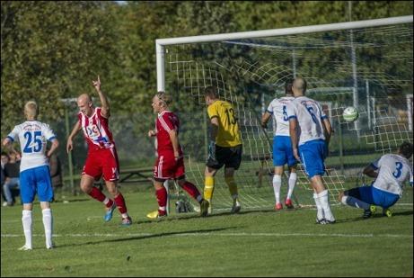 Avesta AIK:s Victor Berg blev fyramålsskytt mot Forssa BK och rumpmasarna har nu goda chanser att nå kvalspel till division 2. Foto: Niklas Hagman.