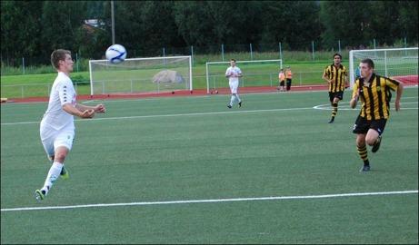 Här är ett bildkollage på Ånges segermål i derbyt mot Kuben. Oskar Nordlund tar emot Brad Graysons perfekt crossboll på bröstet. Kubenbacken Semir Salia missbedömde bollbanan och kom på efterkälken...