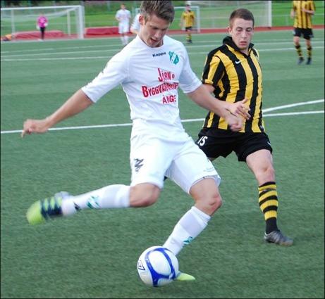 ...och avslutar med ett hårt och distinkt markskott mellan benen på Kubenkeepern Jonathan Berntsson. Foton: Janne Pehrsson, Lokalfotbollen.nu.