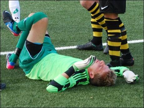 """...och gick däck. Efter ett några minuters vila kom emellertid """"Jonte"""" på benen igen och var sitt lags bäste spelare och varvade djärva ingripande med att spotta blod. Efter matchen kände sig """"Jonte"""" yr men förhoppningsvis har de lovande sportjournalisten piggnat till nu. Foto: Janne Pehrsson, Lokalfotbollen.nu."""