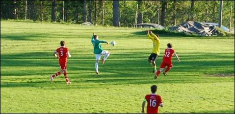 Nära Essvikskvittering på slutet. Sunds målvakt Patrik Jonsson kommer ut fel på en djupledsboll och Hampus Andersson hinner före...