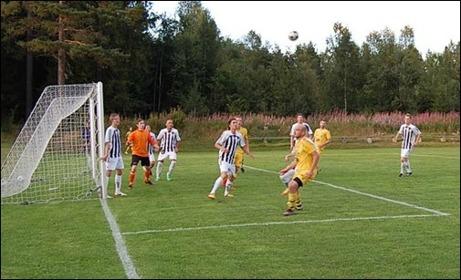 Bollen i luften framför Hassels mål när hemmalaget Holm trummar på. 6-1 skrevs segersiffrorna till. Foto: Kenth Åslin.