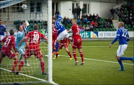 Simon Helg nickar in GIF:s viktiga 3-1-mål efter dryga timmen spelad. Foto: Anders Thorsell (klicka på bilden för att se fler av Anders bilder från segermatchen).