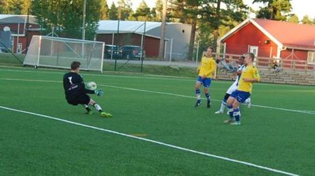 IFK Timrås 16-årige målman Simon Mohlin räddar snyggt en framstöt från Torpshammars Ivan Kajajas Muwanguzi. Foto: B. Lindh
