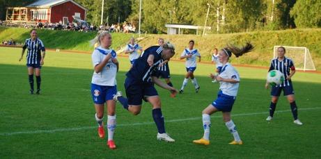 Marielle Bergman (längst till vänster) trycker in matchens enda mål när Kovland besegrade IFK Timrå 2- Foto: B. Lindh