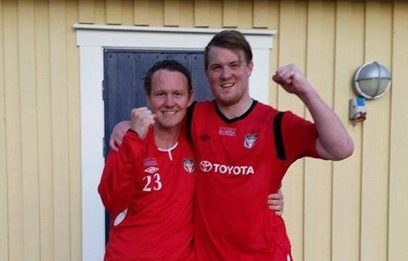Granlos målskyttar Jonny Nutt och Johan Martinsson gläds över segern mot Holmvallen.