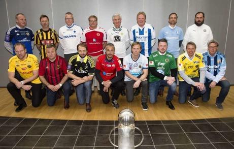 Allsvenskans tränare framför bucklan. Bakersta raden från vänster: Roger Franzén (Gif Sundsvall), Peter Gerhardsson (BK Häcken), Janne Andersson (IFK Norrköping FK), Peter Swärdh (Kalmar FF), Nanne Bergstrand (Hammarby), Jörgen Lennartsson (IFK Göteborg) och Allan Kuhn (Malmö FF). Nedersta raden från vänster: Magnus Haglund (IF Elfsborg), Billy Reed (Östersunds FK), Andreas Alm (AIK), Henrik Larsson (Helsingborgs IF), Roger Sandberg (Gefle IF FF), Jimmy Thelin (Jönköpings Södra IF), Hans Eklund (Falkenbergs FF) och Per Olsson (Djurgården). Fotograf: Henrik Montgomery / TT