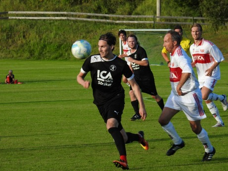 Svarta Söråker var ofta steget före gästande Granlo men det tog ändå ända till den 83:e minuten innan man hade vänt 0-1 till 2-1 för att till slut vinna med 3-1. Foto: Fredrik Lundgren, Lokalfotbollen.nu.