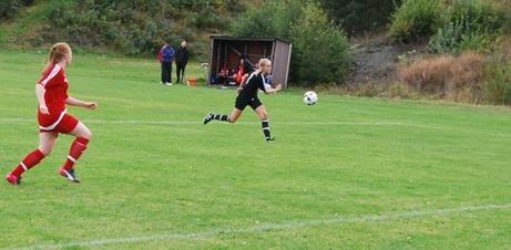 Frida Westman har precis rundat en utrusande Sandra Fahlberg i KIF-målet och lyfter in 2-0 för Njurunda. Foto: Lokalfotbollen.nu.