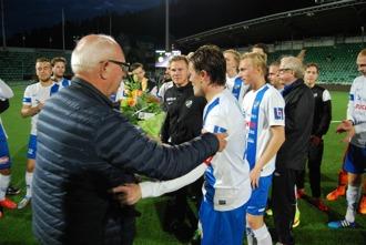 DM-segern gav ingen pokal men däremot fick lagkaptenen Mattias Norin ta emot en blomsterkvast från Medelads Fotbollförbunds Claes Nyman. Och så en plats i nästa års Svenska Cupen förstås. Foto: Lokalfotbollen.nu.