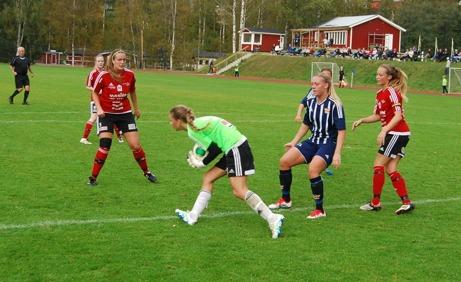 Kovland vann mot Team Hudik med 4-0 men matchens lirare var gästernas målvakt Sara Wexén. 15-åringen visade upp ett otroligt moget spel och som det skall bli intressant att följa i framtiden. Med rätt träning och matchning är inte landslaget en omöjlighet. Foto: Lokalfotbollen.nu.