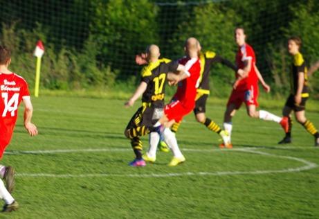 David Lundqvist gör på den här lite suddiga bilden Sunds segermål mot Kubem, Foto: Lokalfotbollen.nu,.