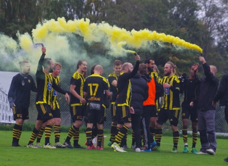 Glada Kubare firar seriesegerna med lite rökelse. Foto: Lokalfotbollen.nu.