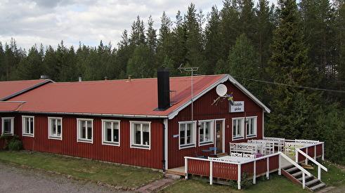 Huvudbyggnad med rum, allrum och matsal.
