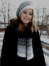 """Stora Spetskragen"" tam and patterned scarf. Photo S. Gustafsson"