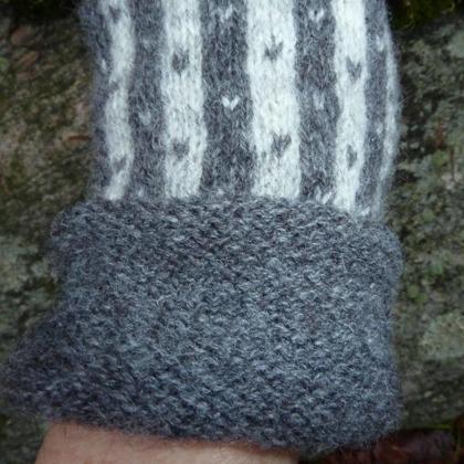 """""""Randiga Loppan"""" grå, vantar med puffkant. Foto P. Silfverberg"""