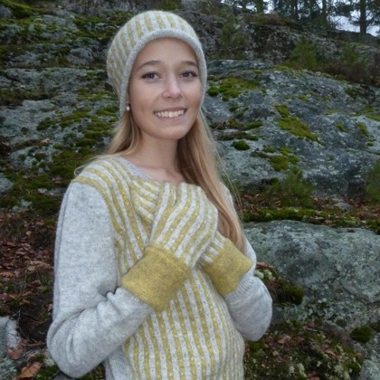 """Randiga Loppan"" yellow, pullover, hat and mittens. Photo P. Silfverberg"