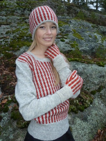 """Randiga Loppan"" red, pullover, hat and mittens. Photo P. Silfverberg"