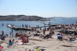 Från Tångens badstrand kan ni gå ut till Klåvholmen.